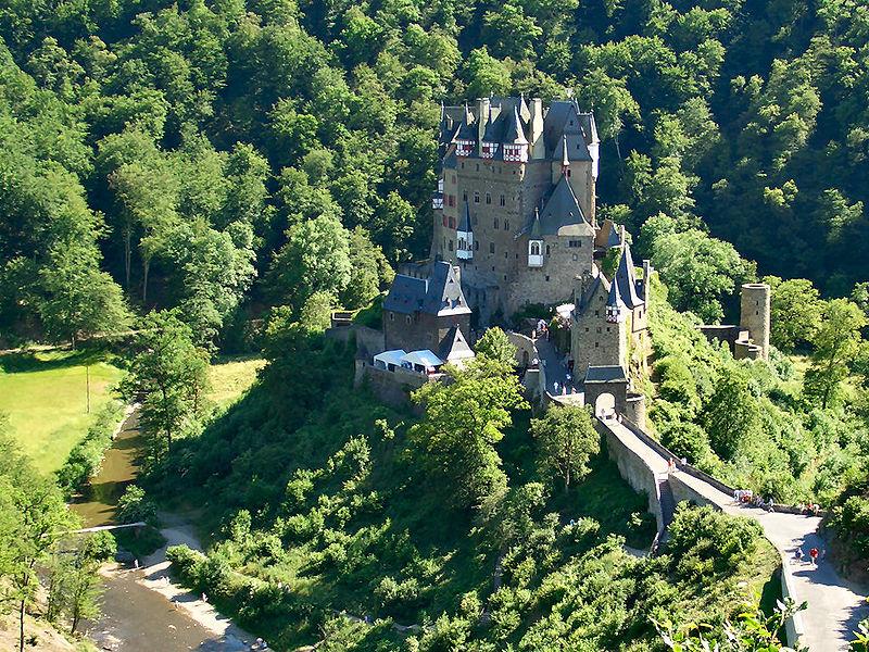 средневековый замок.